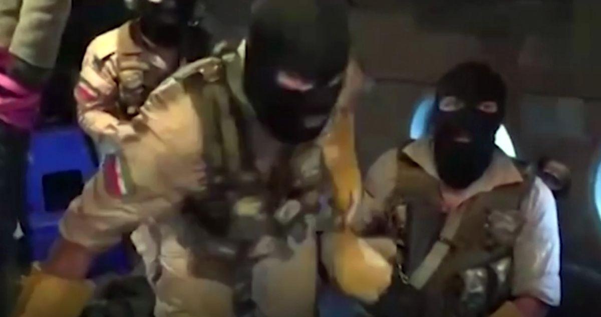 Dieses Videostandbild von der Iranischen Revolutionsgarde zeigt vermummte Mitglieder der Revolutionsgarde, die auf den britischen Öltanker Stena Impero steigen.
