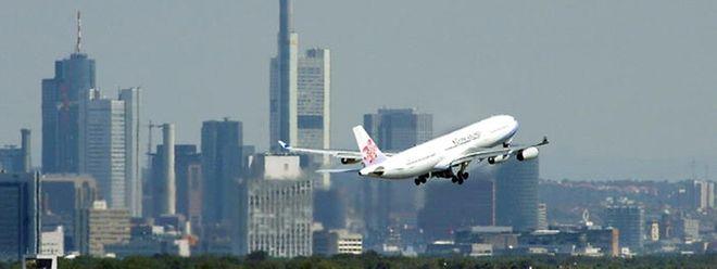 Ryanair will am größten deutschen Flughafen der Lufthansa Konkurrenz machen.