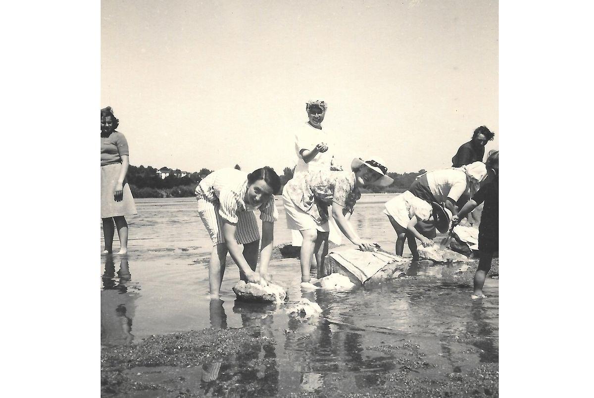 Lavando a roupa no rio. À esquerda, em pé, Betty Bech. De chapéu de palha Gilberte Bodson de Muyser com a sua filha Sonia também de chapéu