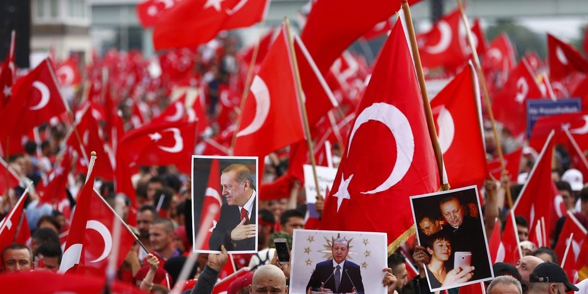 Tausende Pro-Erdogan-Demonstranten versammelten sich am Sonntag in Köln.