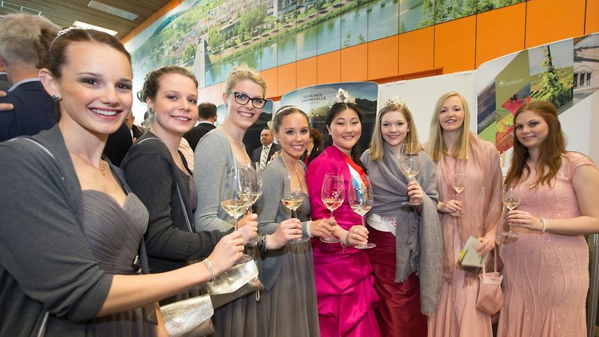 Dei Weinkönigin Aline und die Rieslingkönigin Jeanne-Marie in Begleitung ihrer Prinzessinen.
