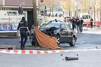 11. April 2018, Bonneweg: Nachdem ein Polizist mehrere Schüsse auf den Fluchtfahrer abgegeben hatte, war der Wagen an einem Baum zum Stehen gekommen. Der 51-jährige Fahrer erliegt kurze Zeit später seinen Verletzungen.