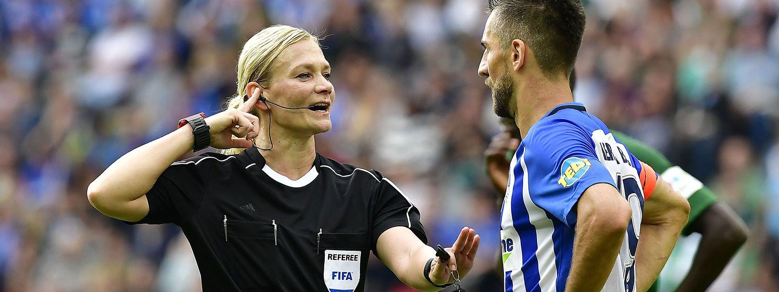 Knopf im Ohr: Die Schiedsrichter warten mittlerweile des Öfteren auf eine Anweisung des Videoassistenten.