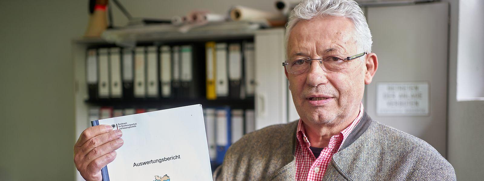 Wolfgang Grambs, Koordinator der letzten großen bundesweiten Pandemie-Übung 2007, zeigt den Abschlussbericht von LÜKEX 2007. Er beklagt eine unzureichende Umsetzung der damaligen Erkenntnisse in der heutigen Corona-Krise.