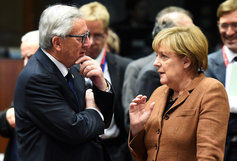 Angela Merkel et Jean-Claude Juncker, alors président de la Commission européenne, lors d'un sommet spécial sur la crise des réfugiés, à Bruxelles, en 2015.