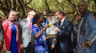 (de g. à dr.) Carole Dieschbourg, ministre de l'Environnement ; n.c ; Romain Schneider, ministre de la Coopération et de l'Action humanitaire ;  n.c (membre de ENDA) ; S.A.R. le Grand-Duc ; n.c (membre de ENDA)