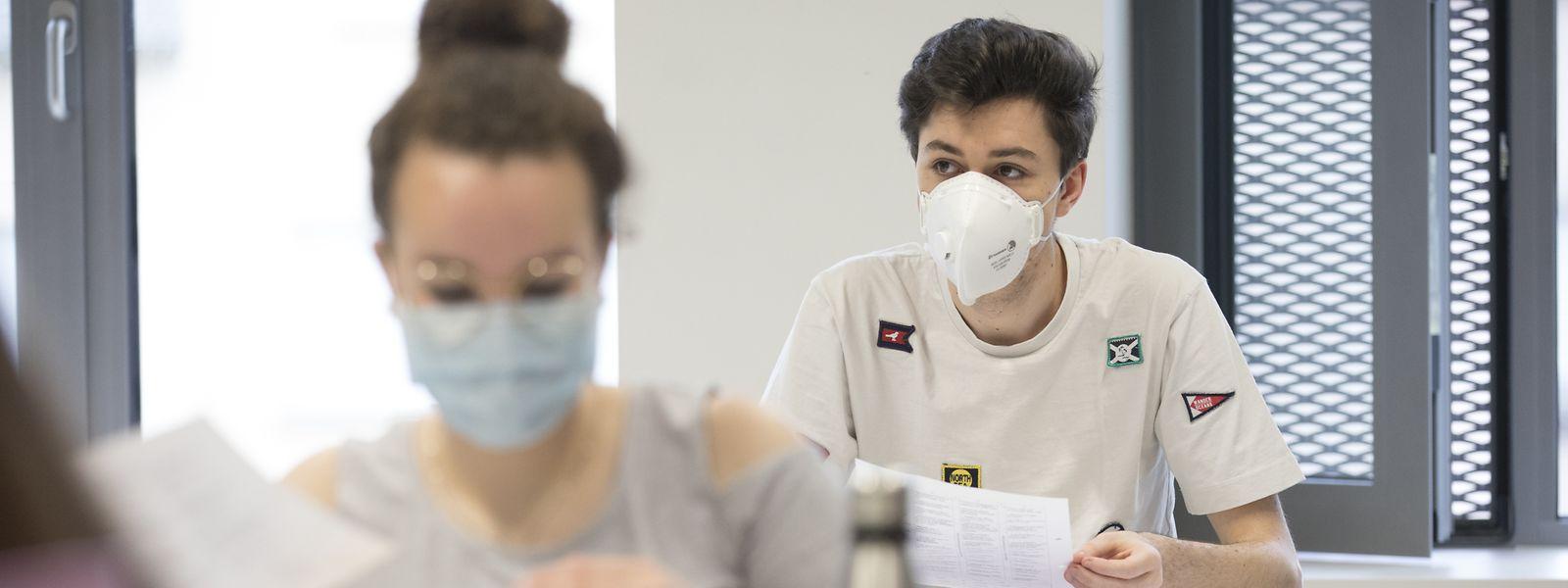 Da die Schüler des Lycée Hubert Clément im Klassensaal in der Regel mit zwei Metern Abstand voneinander sitzen, dürfen sie, falls sie möchten, ihre Schutzmasken abnehmen. Viele wollen aber nicht darauf verzichten.