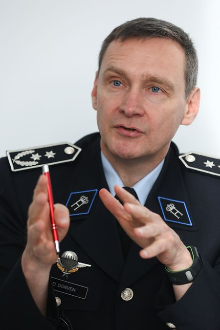 Die Aufstockung der Polizei wird dadurch erschwert, dass ständig neue und personalintensive Aufgaben auf die Sicherheitskräfte, erklärt der beigeordnete Generaldirektor Donat Donven.