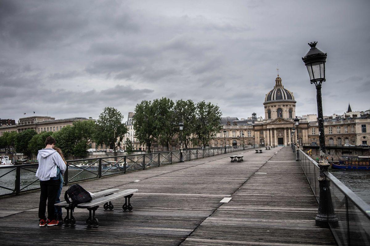 Pont des Arts in Paris, einsames Pärchen. Die Weltstadt ist wie leer.