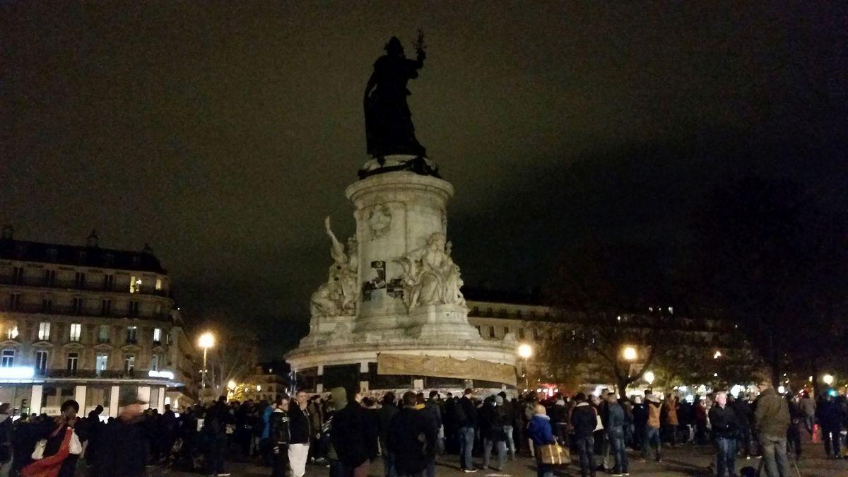 La Place de la République et en droite ligne de quatre sites de fusillades et à quelques encablures seulement du Bataclan.