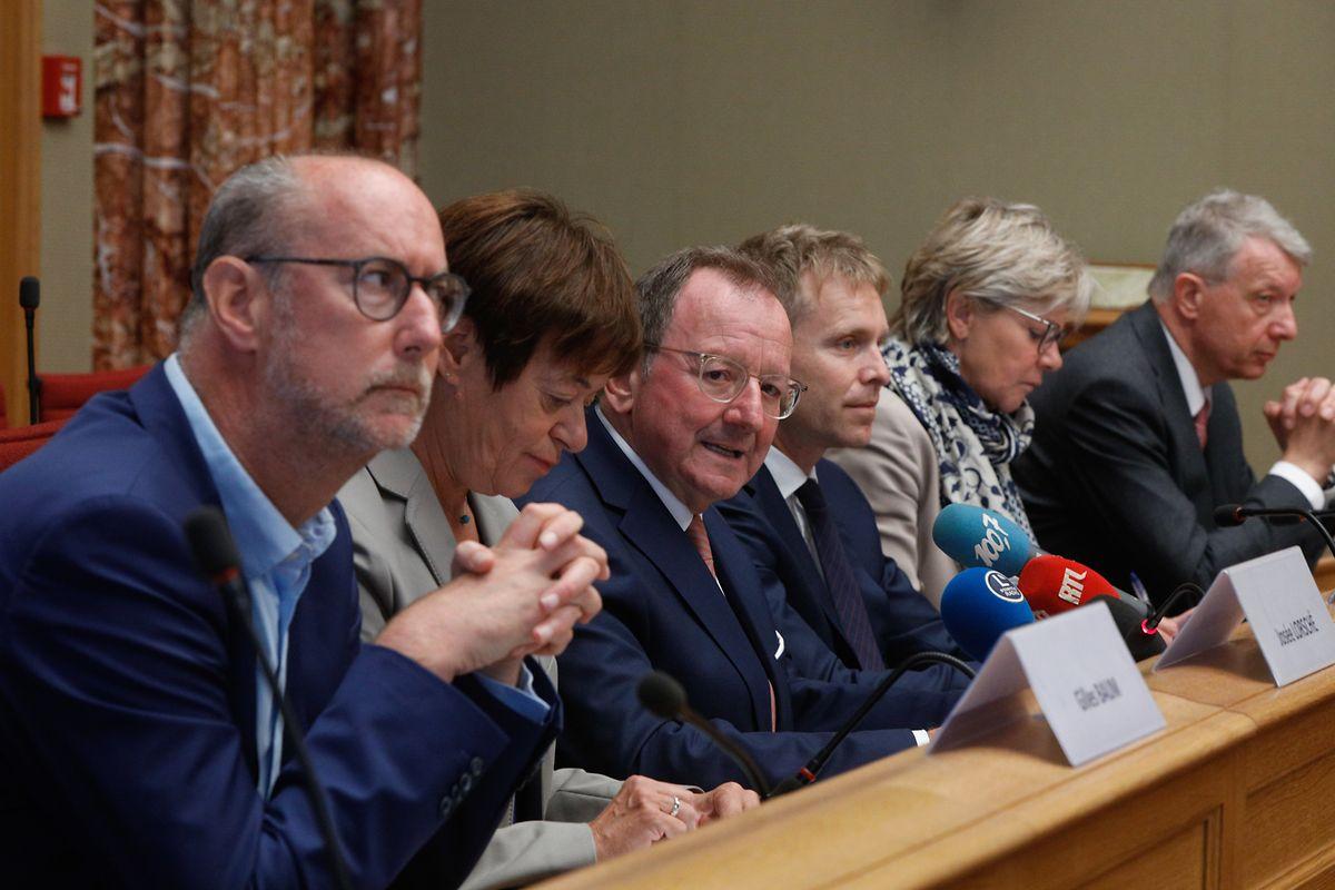 Gilles Baum, Josée Lorsché, Fernand Etgen, Generalsekretär Laurent Scheeck, Martine Hansen und Fernand Kartheiser (v.l.n.r.) freuen sich, dass das Parlament nach 18 Monaten Corona–bedingter Abwesenheit endlich wieder am Krautmarkt tagt.