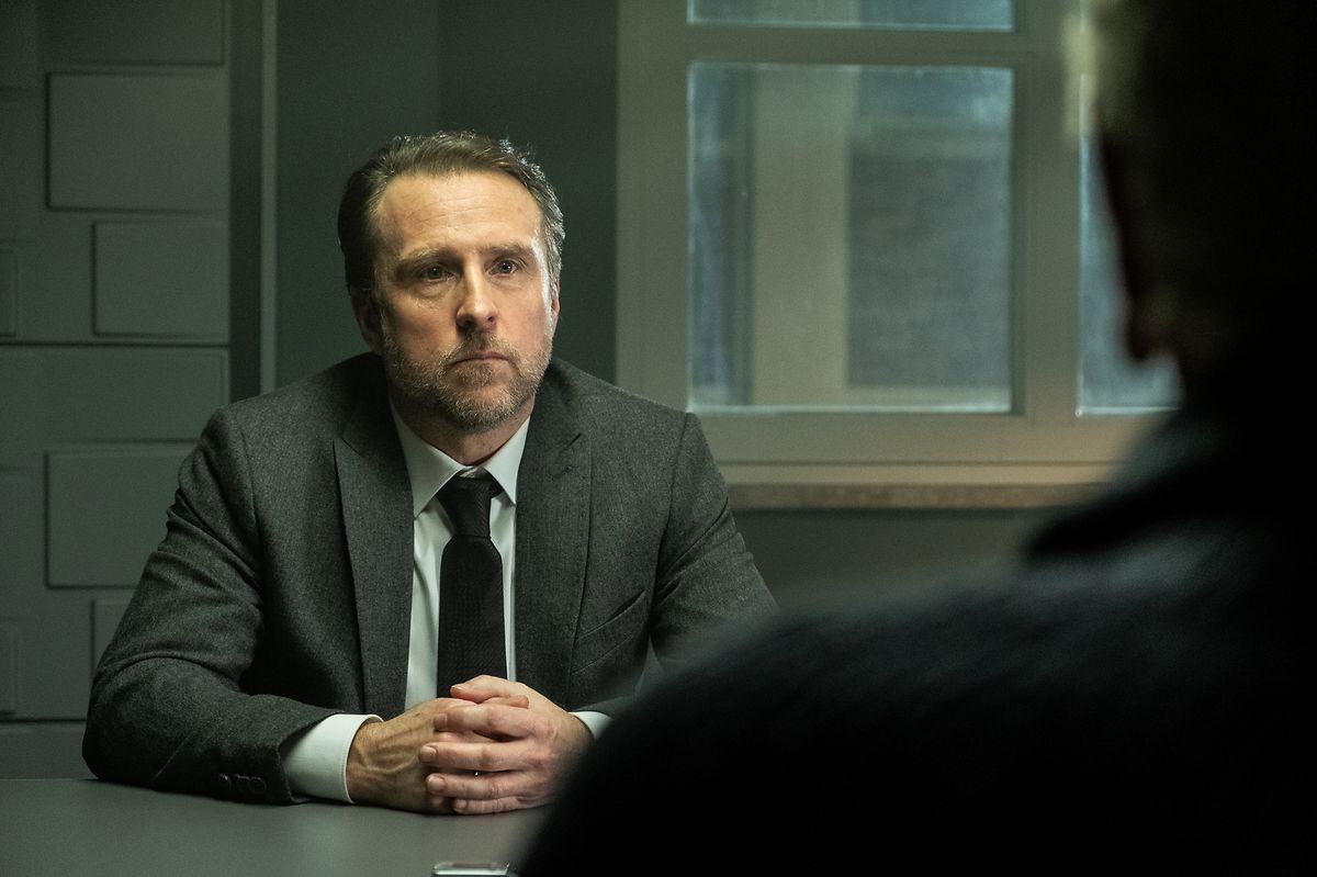 Markus Sellin (Bjarne Mädel) wird im Kommissariat zum Tod von Lisa Marin befragt.