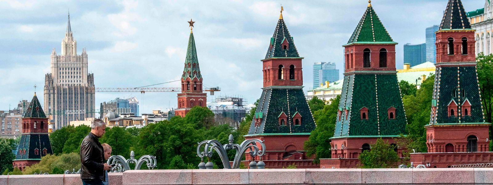 Moskau: Fußgänger überqueren eine Brücke, im Hintergrund der Kreml, politisches Machtzentrum Russlands.