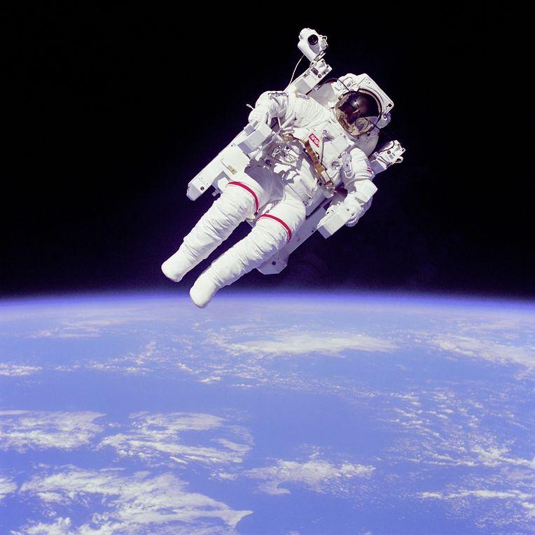 McCandless schwebt dank seines Manned Maneuvering Unit (MMU) bei einem Außenbordeinsatz während STS-41-B im Jahr 1984 frei und ohne Sicherungsleine im All.
