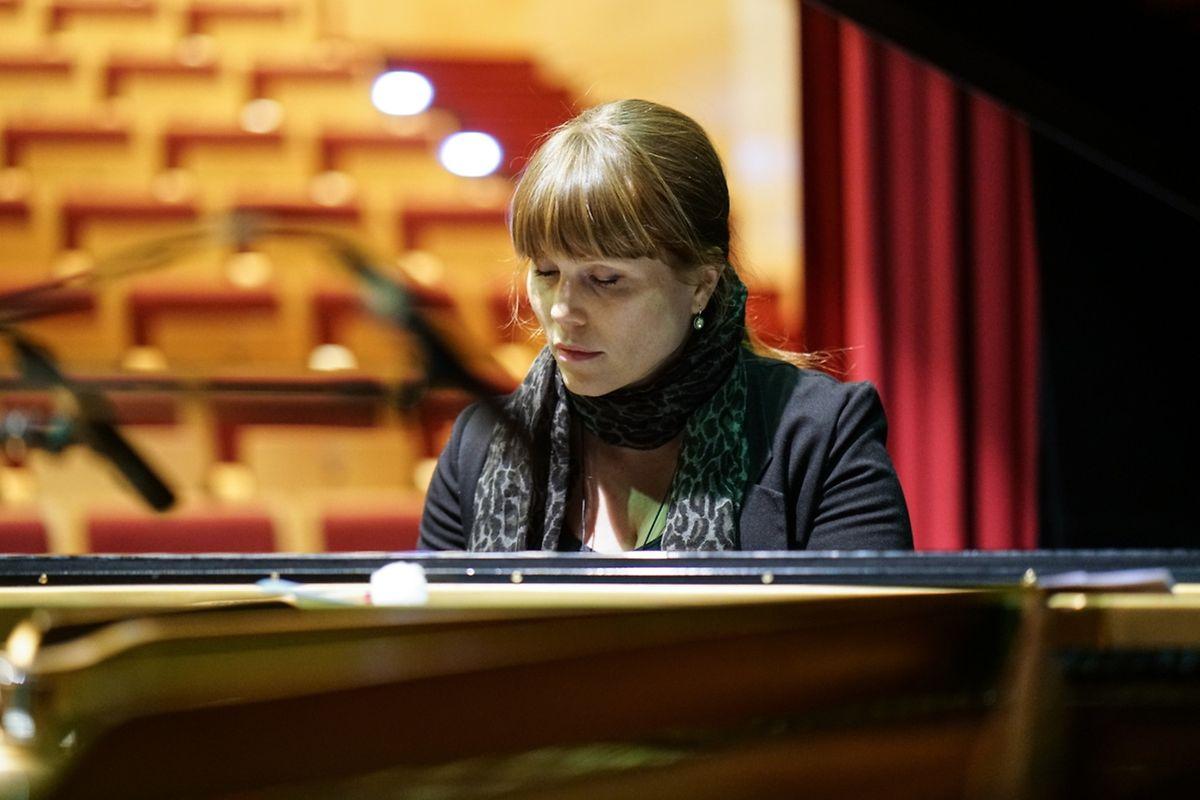 """Die Schweizerin Luzia van Wyl hört am Klavier genau hin, ob die anderen Mitmusiker in ihr Stück """"Tick-Tock"""" richtig hineinfinden."""