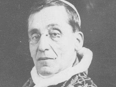 Benedikt XV. war Papst vom 3. September 1914 bis zu seinem Tod 1922. Wegen seines Engagement gegen den 1. Weltkrieg erhielt er den Beinamen Friedenspapst.