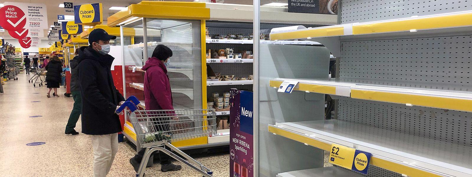 Leere Regale in einem Tesco-Supermarkt in Großbritannien.