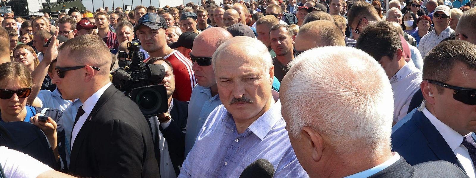Alexander Lukaschenko besichtigte am Montagmorgen eine Traktorenfabrik.