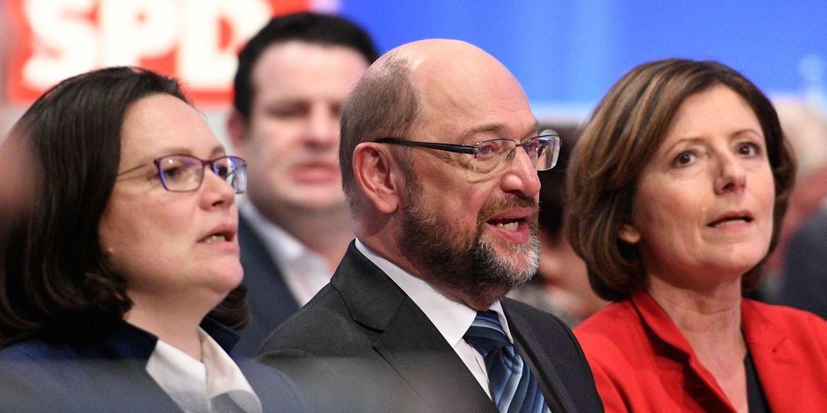 Der SPD-Sonderparteitag hatte am Sonntag in Bonn Verhandlungen über eine Neuauflage der großen Koalition zwar knapp gebilligt, die SPD-Führung aber zugleich aufgefordert, mehrere Punkte wieder in die Gespräche aufzunehmen.