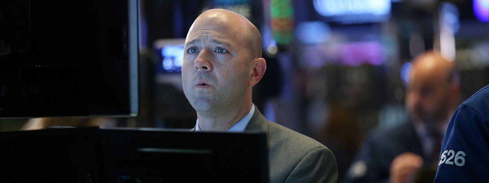 Ein Trader beobachtet die Aktienkurse an der New Yorker Börse.
