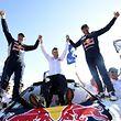 Stéphane Peterhansel (à droite) fête la victoire avec le dirigeant de l'équipe Bruno Famin (au milieu) et son copilote Jean Paul Cottret.