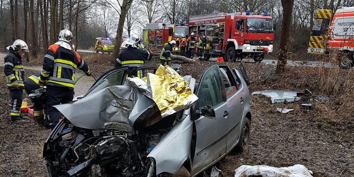 Der Fahrer wurde im Wagen eingeklemmt.