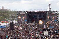 """ARCHIV - 08.06.2019, Rheinland-Pfalz, Nürburg: Rockfans drängen sich während des Auftritts der Band Feine Sahne Fischfilet vor der Hauptbühne des Open-Air-Festivals """"Rock am Ring"""". Gibt es in Zeiten von Corona noch eine Chance auf den Festival-Sommer 2021? (zu dpa """"Der Traum vom Festival-Sommer: Wann gehts wieder zum Open Air?"""") Foto: Thomas Frey/dpa +++ dpa-Bildfunk +++"""