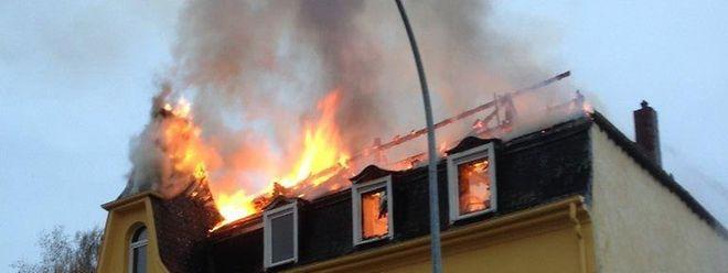 Am Dienstagnachmittag war der Dachstuhl völlig durch die Flammen zerstört worden.