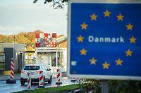 24.10.2020, Schleswig-Holstein, Flensburg: Fahrzeuge passieren den Grenzübergang in der Nähe von Flensburg nach Dänemark. Die Einreise von Deutschland nach Dänemark ist seit 24.10.2020, 0 Uhr, nur noch eingeschränkt möglich. Aufgrund der steigenden Zahl an Corona-Neuinfektionen hat das Nachbarland im Norden Deutschland zum Risikoland erklärt. Weiter einreisen dürfen unter anderem die Bewohner Schleswig-Holstein. Foto: Gregor Fischer/dpa +++ dpa-Bildfunk +++