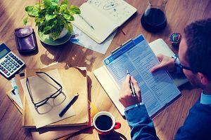 Papierkram, Fragebogen, ausf�llen, Mann (Foto: Shutterstock)