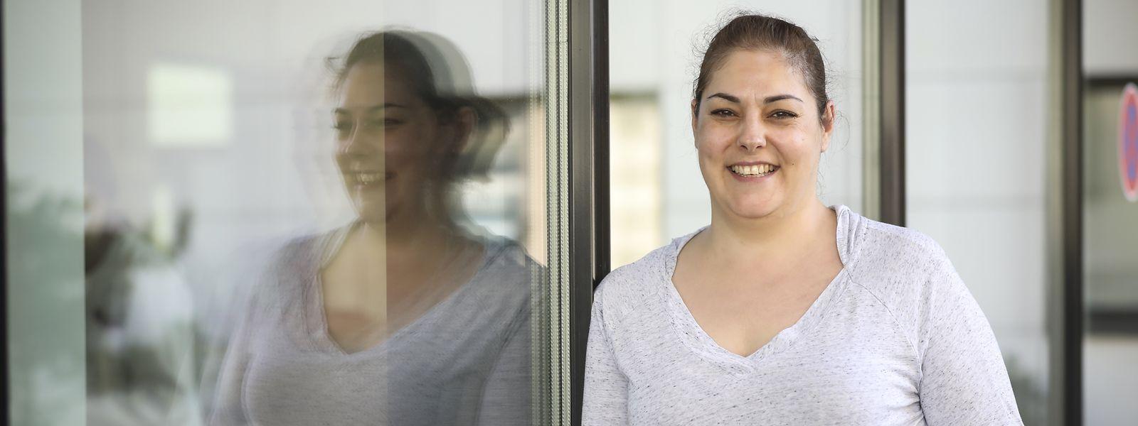 Ein Lächeln, das Zufriedenheit widerspiegelt: Nach einer anstrengenden Frühschicht im Centre hospitalier Emile Mayrisch (CHEM) hat Reinigungskraft Vera Fernandes endlich Feierabend und kann zu ihrer Familie nach Hause zurückkehren.