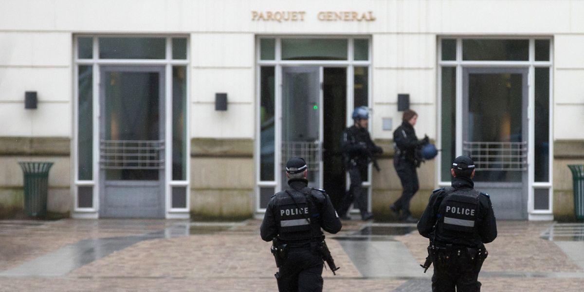 Das Gerichtsgebäude wurde von zahlreichen Sicherheitskräften gesichert.