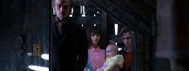 """""""Trautes Heim"""" sieht anders aus: Die Baudelaire-Geschwister im Hause ihres Vormundes, Count Olaf."""