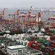 ARCHIV - 19.06.2013, Japan, Tokio: Container stapeln sich im Hafen der japanischen Metropole. Die EU und Japan bilden von diesem Freitag (01.02.2019) an die größte Freihandelszone der Welt.(Zu dpa «Start frei für die größte Freihandelszone der Welt») Foto: Kimimasa Mayama/EPA/dpa +++ dpa-Bildfunk +++