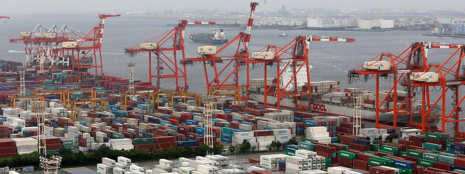 Container stapeln sich im Hafen der japanischen Metropole Tokio.