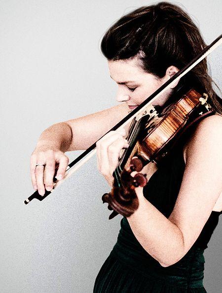 Janine Jansen tritt am kommenden Dienstag in der Philharmonie auf. Mit dem OPL spielt sie unter dem Dirigat von Gustavo Gimeno Stücke von Schubert, Tschaikowski und Brahms.