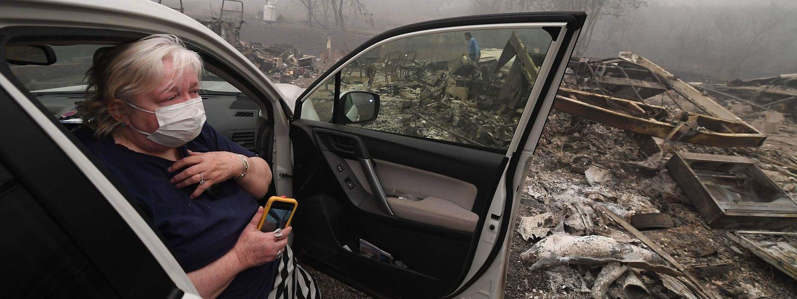 Das Mobilheim dieser Frau wurde bei einem Feuer in Estacada, Oregon, zerstört.