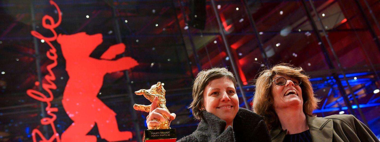 """Die rumänische Regisseurin Adina Pintilie (l.) und die britische Darstellerin Laura Benson. Ihr Film """"Touch Me Not"""" bekam den Goldenen Bären der Berlinale 2018."""