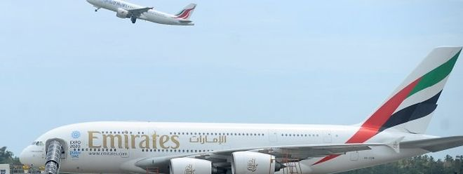O avião da Emirates Airbus A380 no aeroporto de Bandaranaike, no Sri Lanka