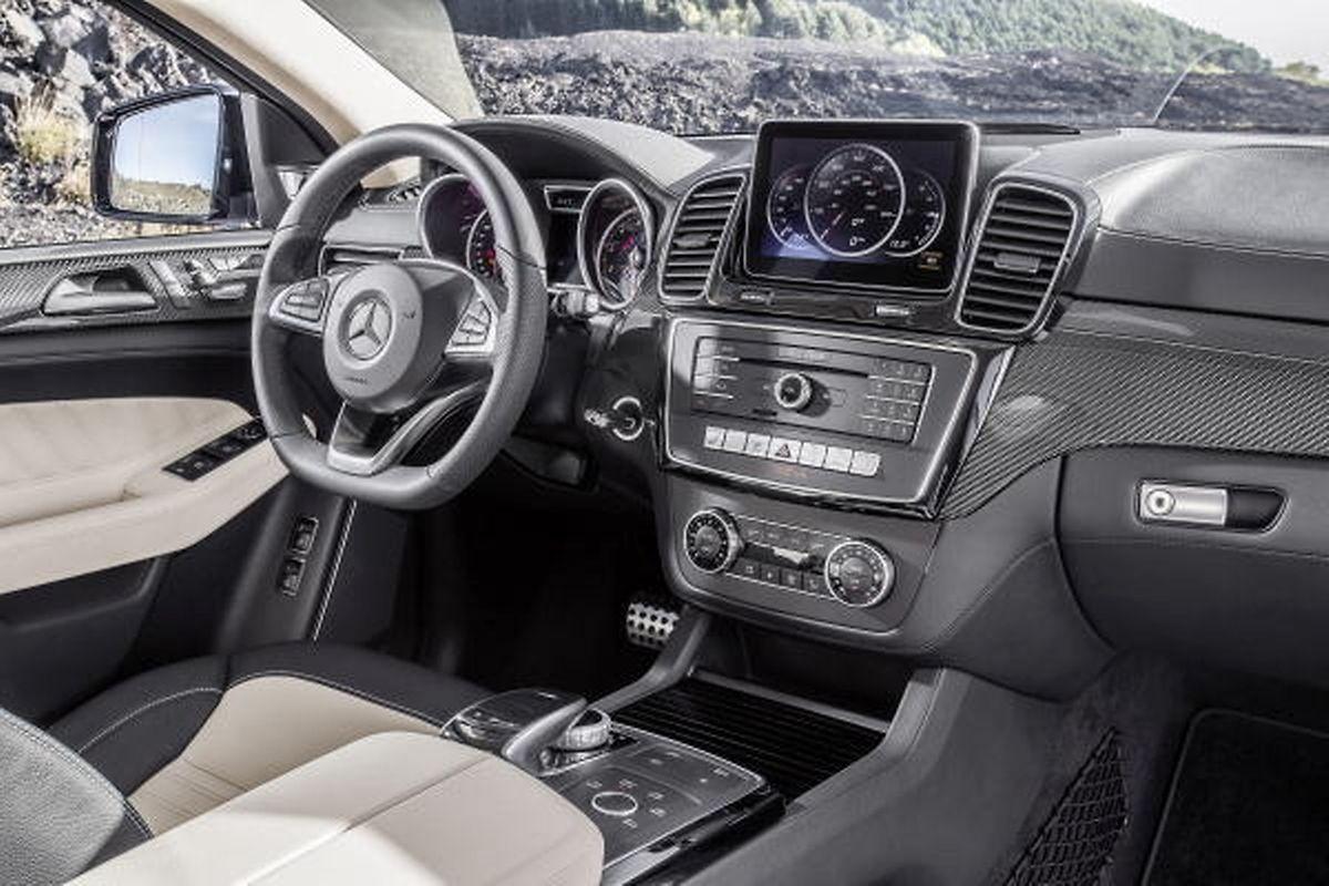 Das stylische Interieur bietet modernen Luxus mit Rennsport-Atmosphäre.