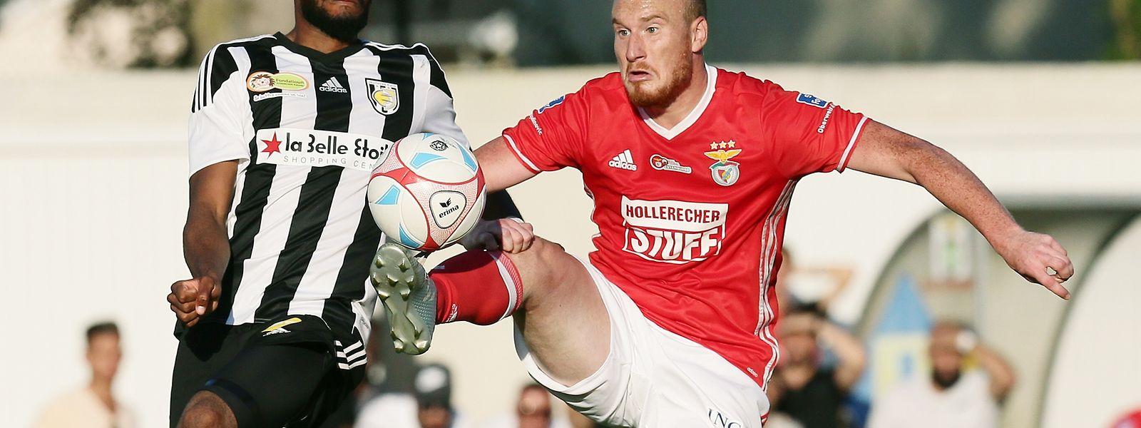 Benjamin Runser (RM Hamm Benfica, r.) ist vor Ricardo Delgado am Ball.