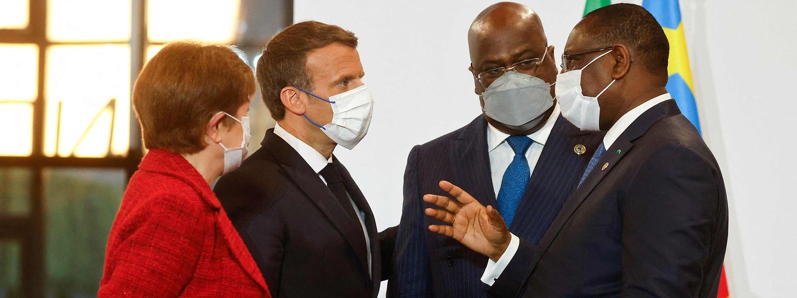 French President Emmanuel Macron und FMI-Chefin  Kristalina Georgieva (l.) unterhalten sich mit  Senegal's President Macky Sall (r.) und dem Präsidenten der Afrikanischen Union und der Republik Kongo, Democratic Felix Tshisekedi (2. v. r.)