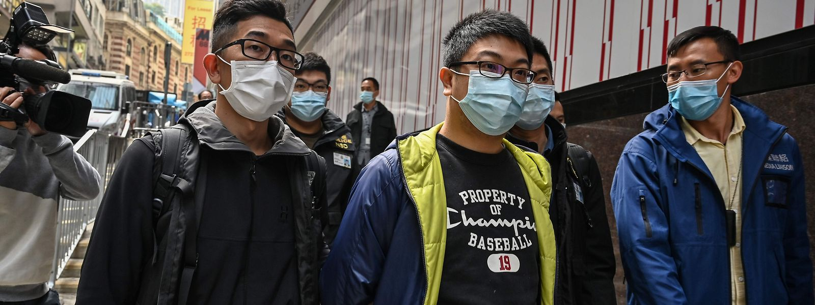 Der pro-demokratische Aktivist Ben Chung (Mitte) bei seiner Festnahme. Insgesamt wurden 50 Oppositionelle inhaftiert.