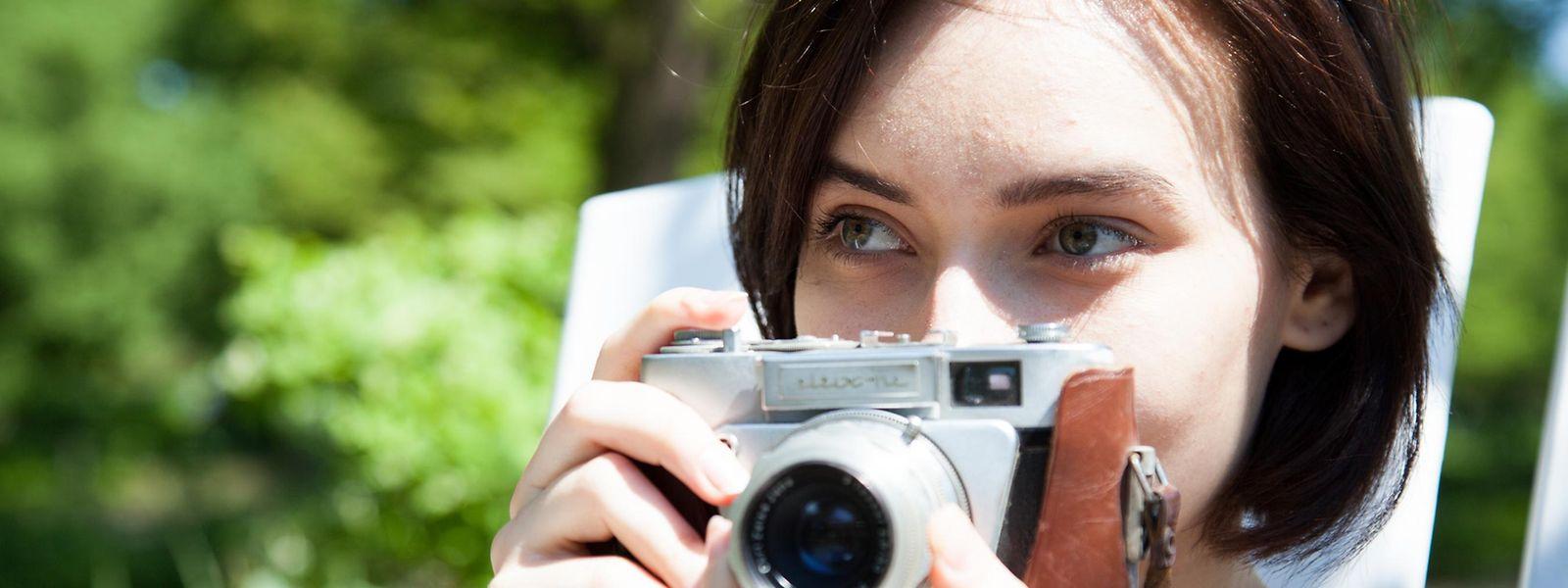 Filmrolle statt Digitalsensor, und auf die Bilder muss man auch warten. Trotzdem finden immer wieder Menschen Spaß an der alten Art der Fotografie.