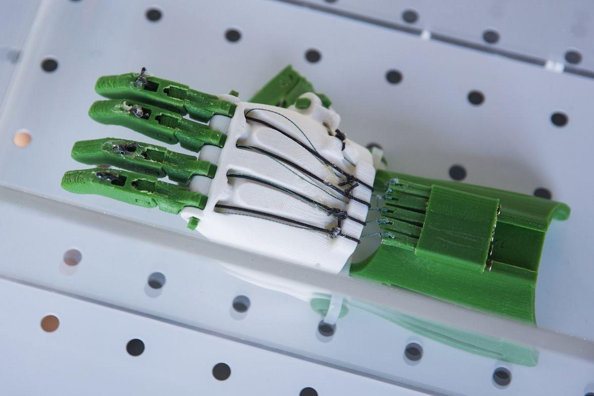 Diese bewegliche Handprothese stammt aus einem 3D-Drucker.