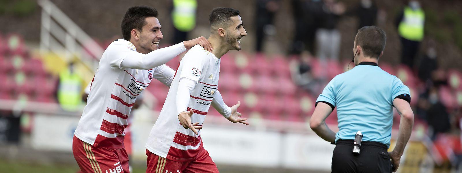 Fola-Stürmer Zachary Hadji, hier mit Cedric Sacras (l.), schießt seine Mannschaft fast im Alleingang zum Sieg.