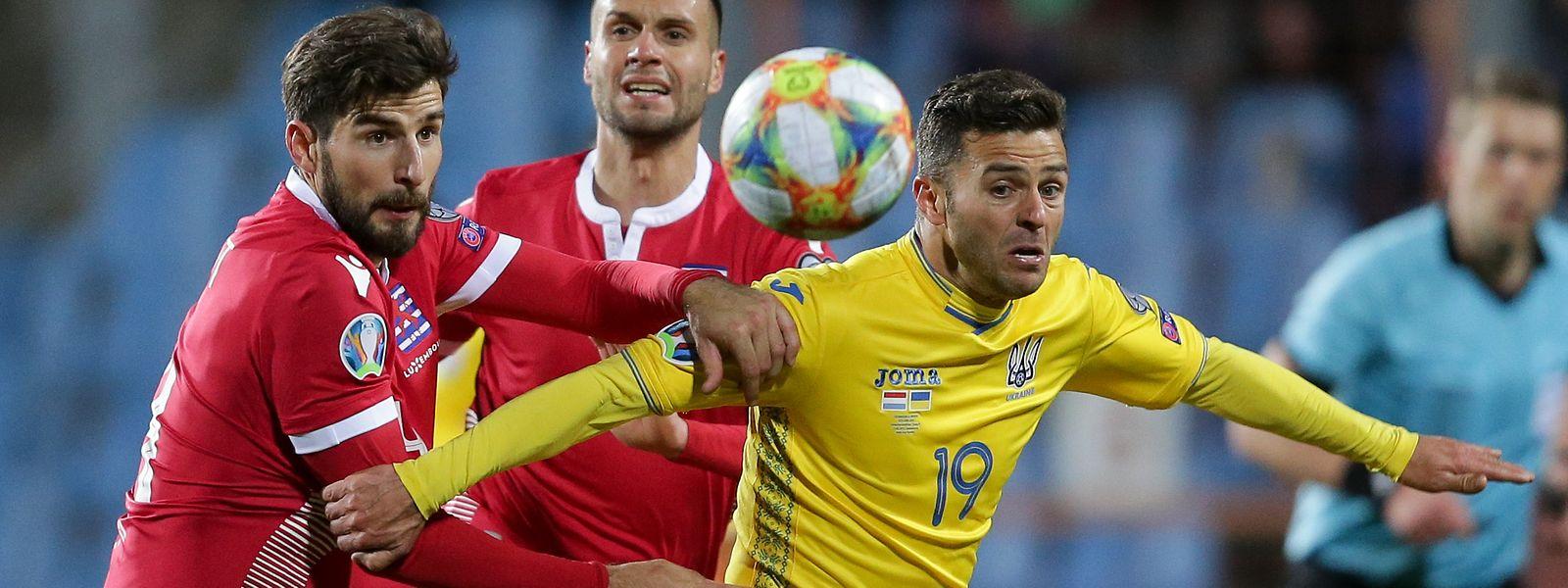 Junior Moraes (r., hier gegen Kevin Malget) war zum Einsatz gekommen, obwohl er nicht ununterbrochen fünf Jahre lang in der Ukraine lebte.