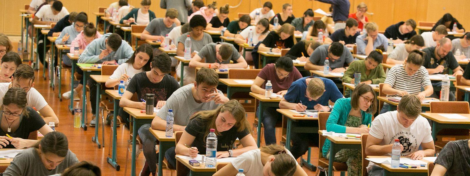Der Festsaal im städtischen Kolléisch ist gut gefüllt: Bis auf wenige Schüler des Abendkurses (eBac) hat niemand den Auftakt der Abschlussexamen verpasst.