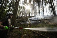 Da Brandnester sich durch Trockenheit und Wind erneut entzünden könnten, waren während des gesamten Wochenendes Feuerwehrkräfte vor Ort, um schnellstmöglich reagieren zu können.
