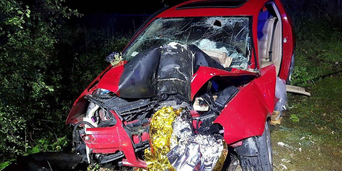Der 19-jährige Fahrer, der sich alleine im Fahrzeug befand, stand unter Alkoholeinfluss und ist mit hoher Geschwindigkeit frontal gegen einen Baum gerast.